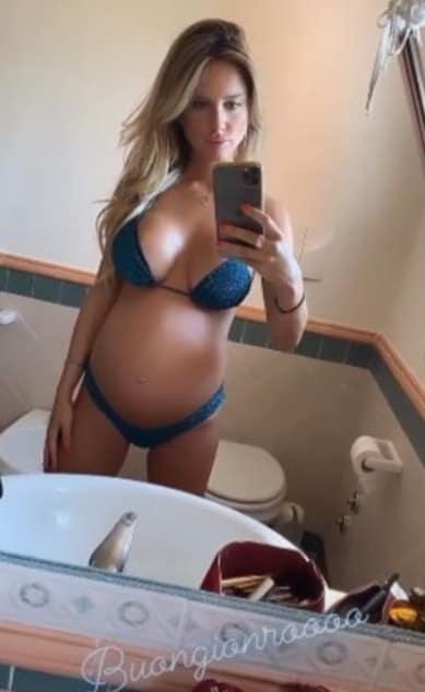 Michela Persico in spiaggia col pancione, la gravidanza è agli sgoccioli (Foto)