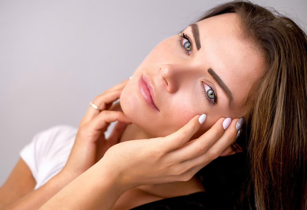 La routine estiva per il trucco: come curare la pelle giovane