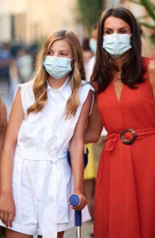 Incidente per la figlia di Letizia Ortiz: Sofia cammina con la stampella dopo i punti di sutura (Foto)