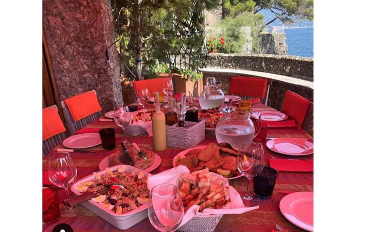 Antonella Clerici a Portofino condivide il pranzo di Ferragosto in famiglia e con i follower