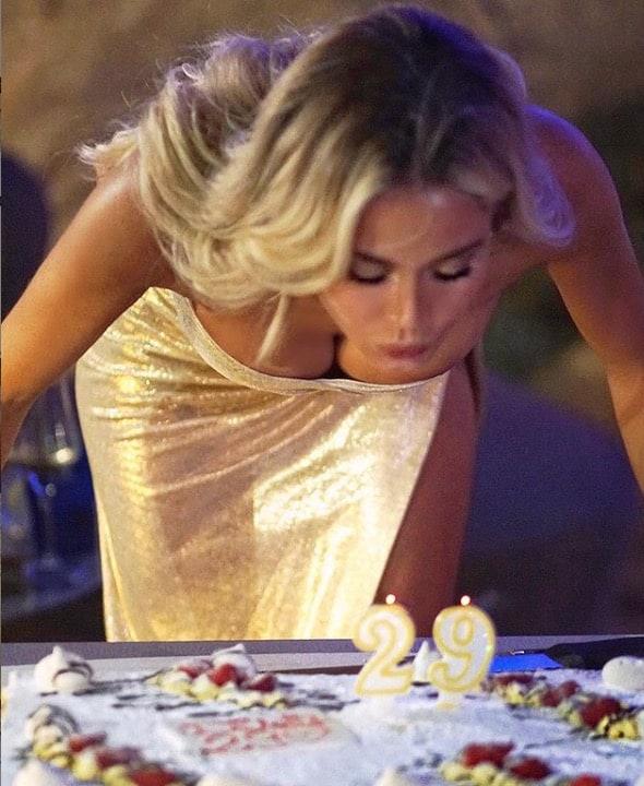 Diletta Leotta festeggia il compleanno in abito oro e senza Scardina (Foto)