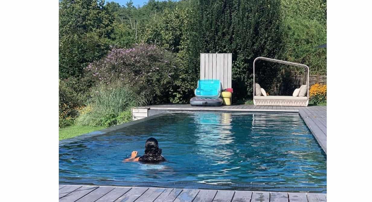Antonella Clerici in piscina con Maelle, l'estate continua nella casa nel bosco (Foto)