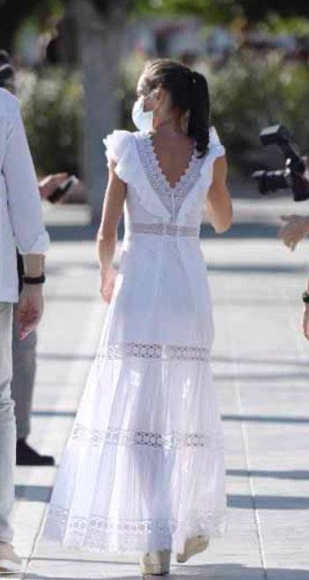 Letizia Ortiz osa con le trasparenze ed è sempre regina di stile (Foto)