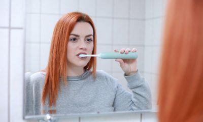 lavare i denti con lo spazzolino elettrico