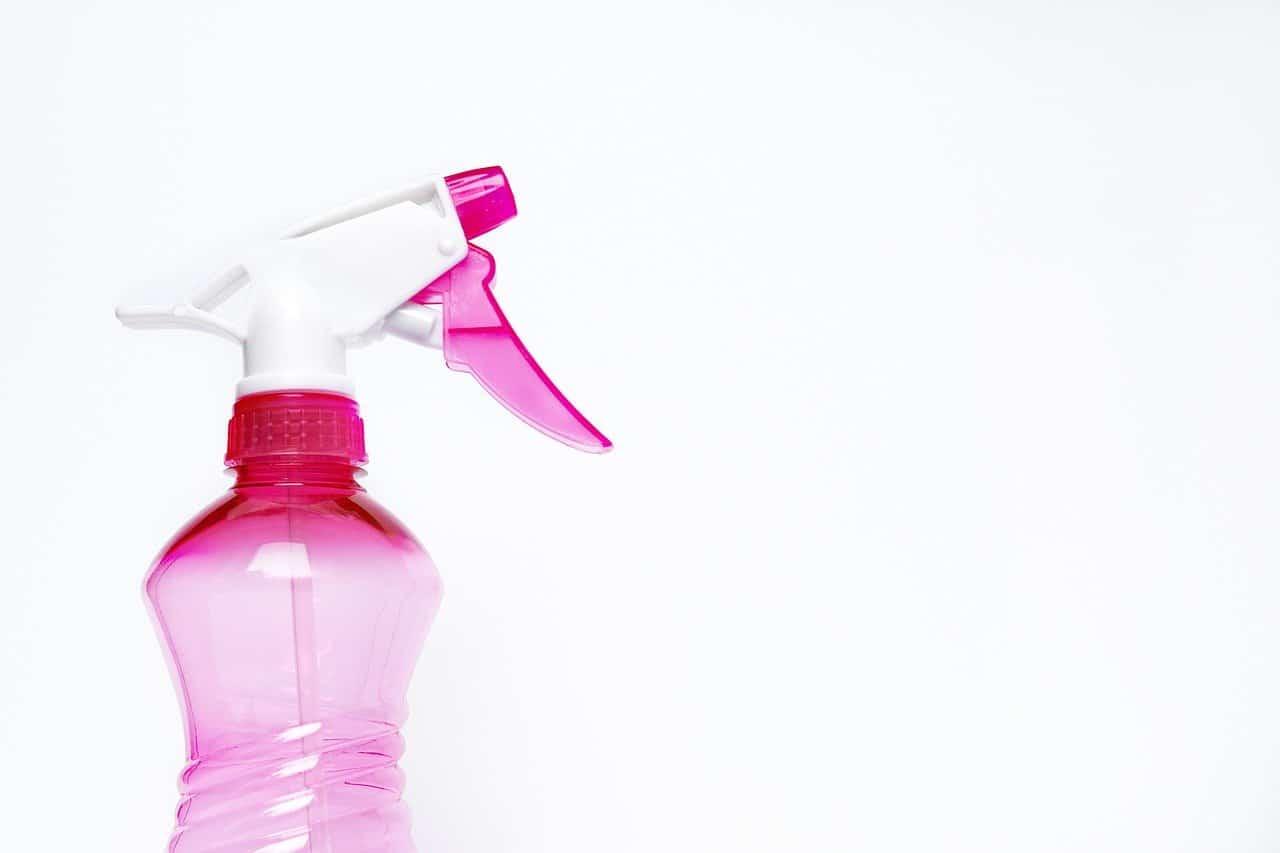 Pulire e igienizzare casa con gli spray disinfettanti: tre prodotti