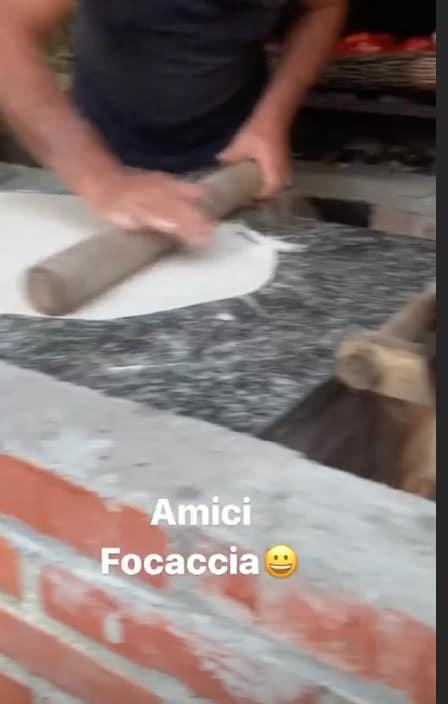 Antonella Clerici si consola con la focaccia preparata nella casa nel bosco (Foto)