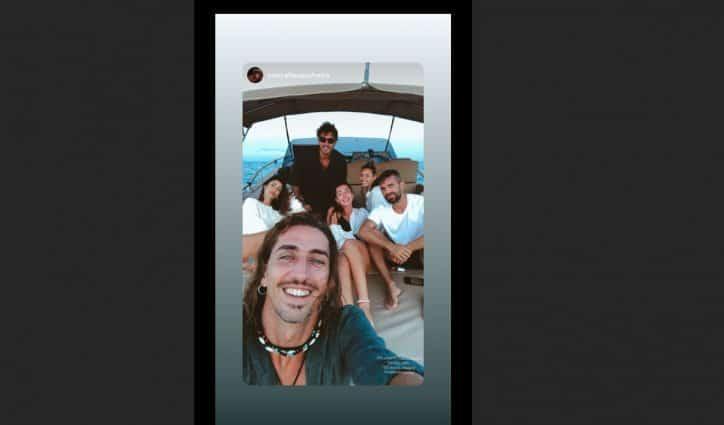 Stefano De Martino single in gita in barca con gli amici