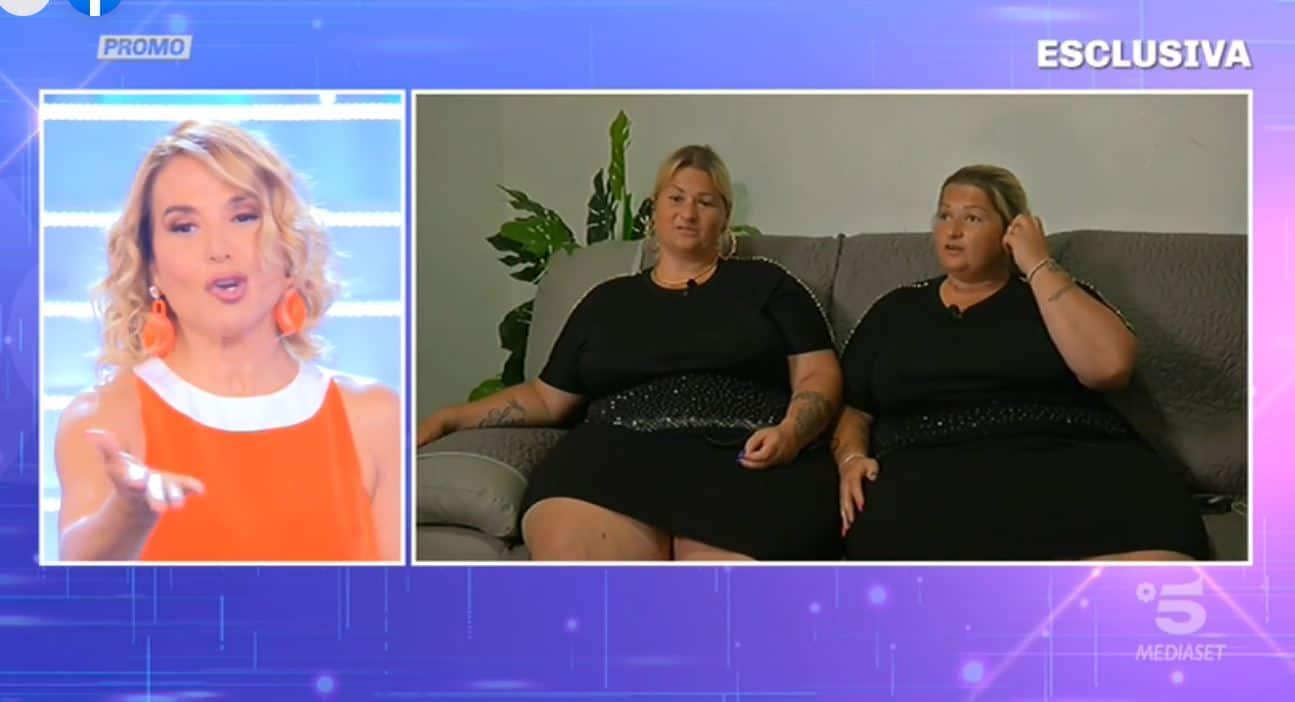 """Anche Barbara d'Urso ha le sue """"sorelle al limite"""": le gemelle in tangenziale vogliono dimagrire con lei"""