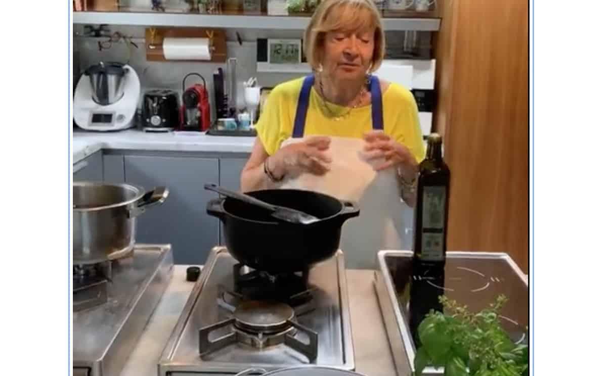 Anna Moroni nella cucina di casa sua, la diretta per fare la pappa al pomodoro (Video)