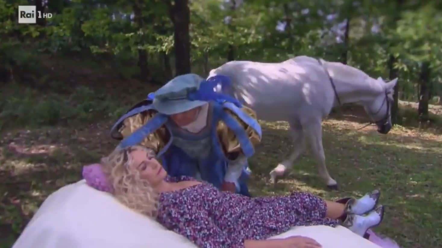 E' sempre mezzogiorno il promo con Antonella Clerici bella addormentata nel bosco (VIDEO)