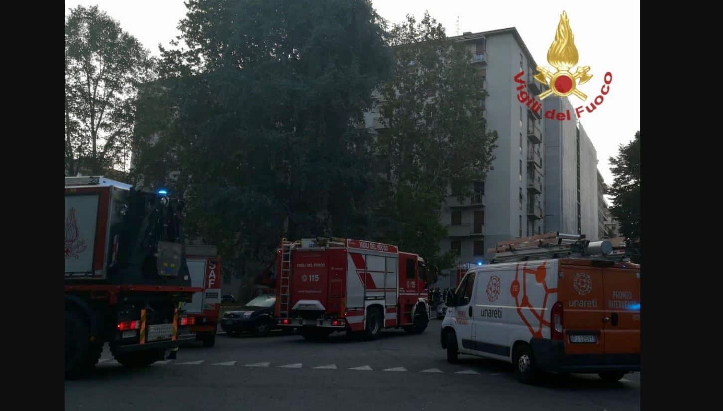 Esplosione a Milano in un palazzo: feriti e ustionati in strada