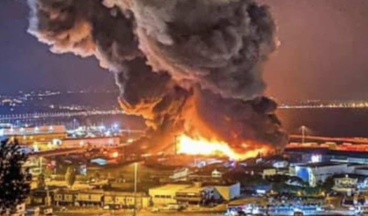 Maxi incendio al porto di Ancona: chiuse le scuole, il sindaco invita a non uscire