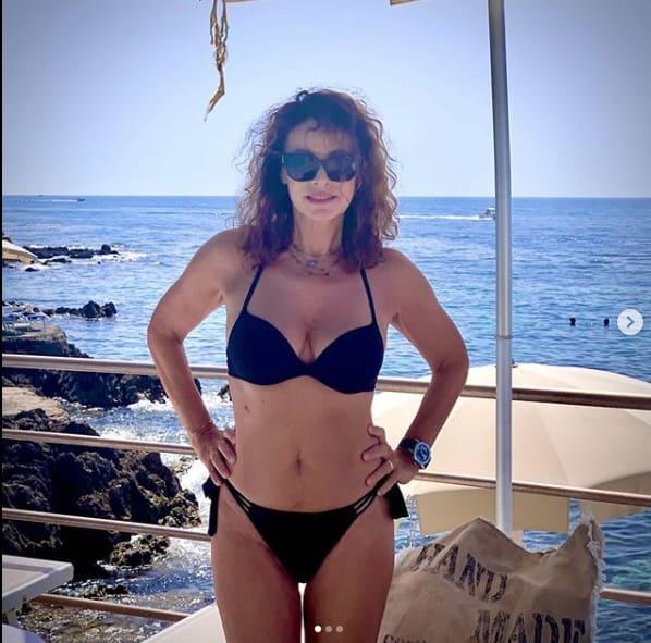 Elena Sofia Ricci incanta in bikini, a 58 anni batte tutte (Foto)