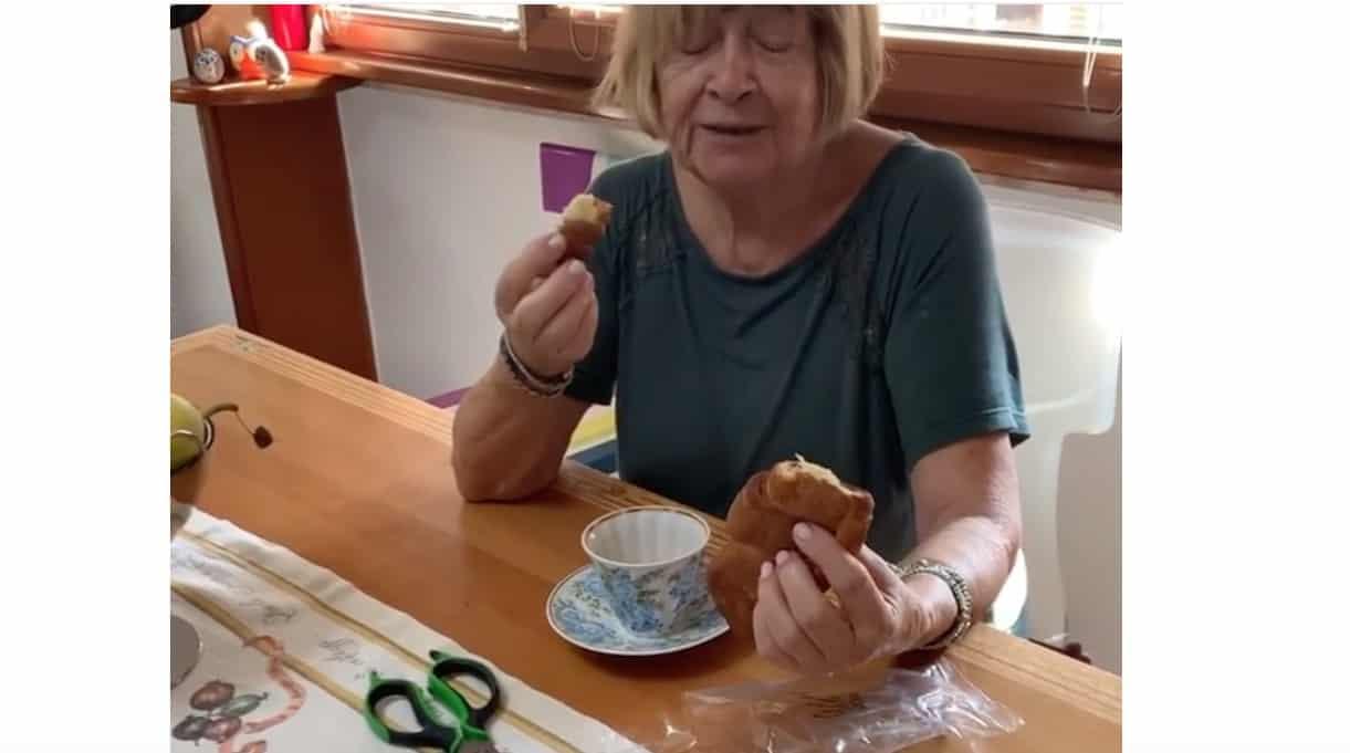 Anna Moroni fa colazione con il cornetto senza zuccheri ma non tutti apprezzano la pubblicità (Foto)