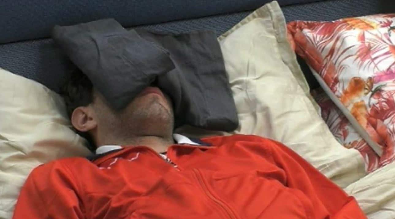 Tommaso Zorzi ha ancora la febbre a 39 e lascia la casa: i concorrenti sono molto preoccupati