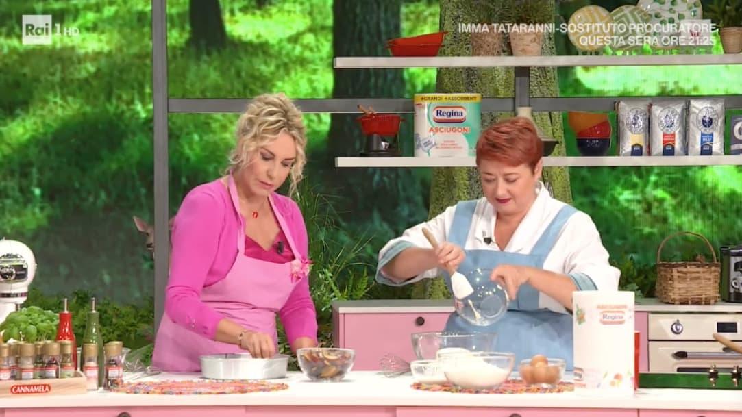 Zia Cri prepara la torta rovesciata alle prugne per le ricette E' sempre mezzogiorno (Foto)