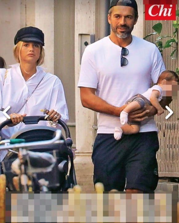 Luca Argentero e Cristina Marino con la figlia, la passeggiata è con un look coordinato (Foto)