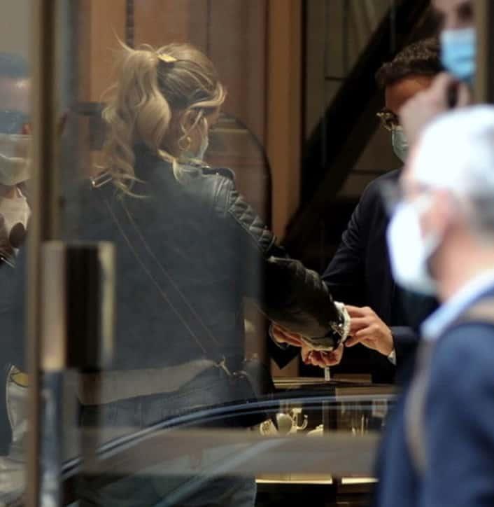 Shopping col pancino per Chiara Ferragni che sceglie jeans e chiodo (Foto)