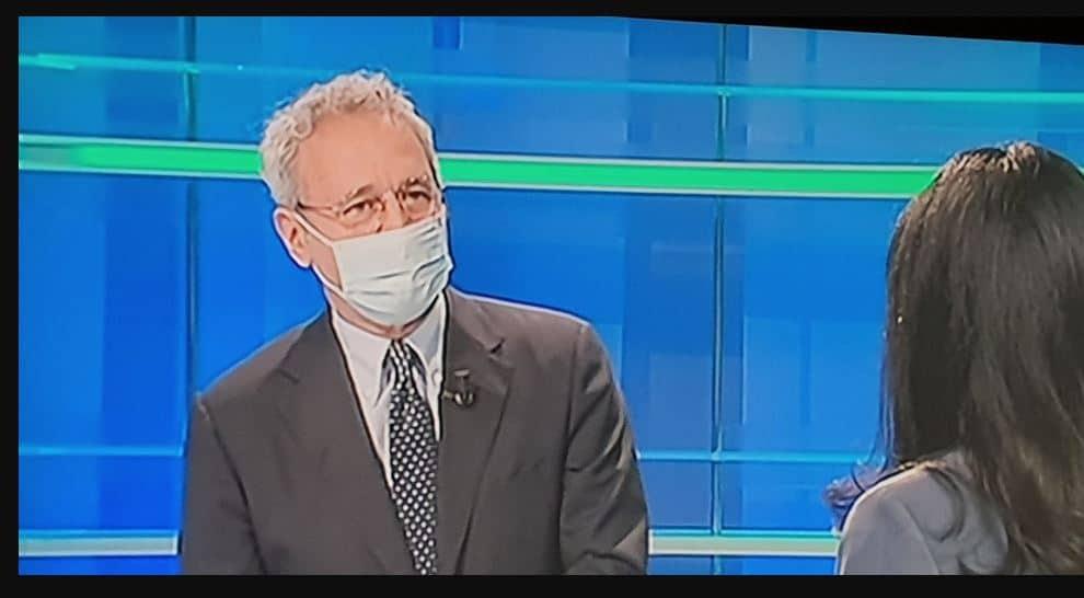 Enrico Mentana dà il buon esempio e intervista la Azzolina con la mascherina