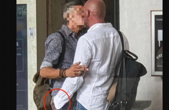 Famoso cantante beccato mentre bacia un misterioso uomo: il gossip choc
