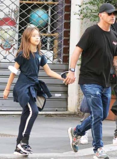Eros Ramazzotti a scuola con la figlia Raffaela, è così simile ad Aurora (Foto)