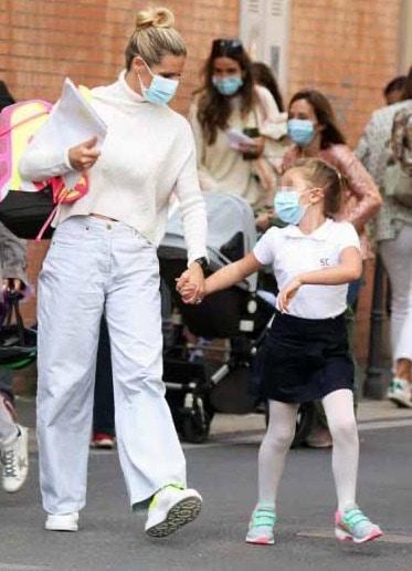 Michelle Hunziker va a prendere Sole a scuola e il look è extra large (Foto)