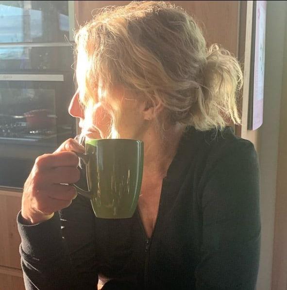 Domenica di relax per Antonella Clerici nella casa nel bosco in attesa del tornado Mainardi (Foto)