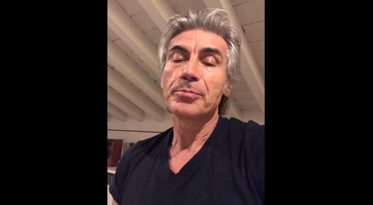 """Ligabue commenta le foto del cantante che bacia un uomo: """"Non sono io, occhio alle fake news"""""""