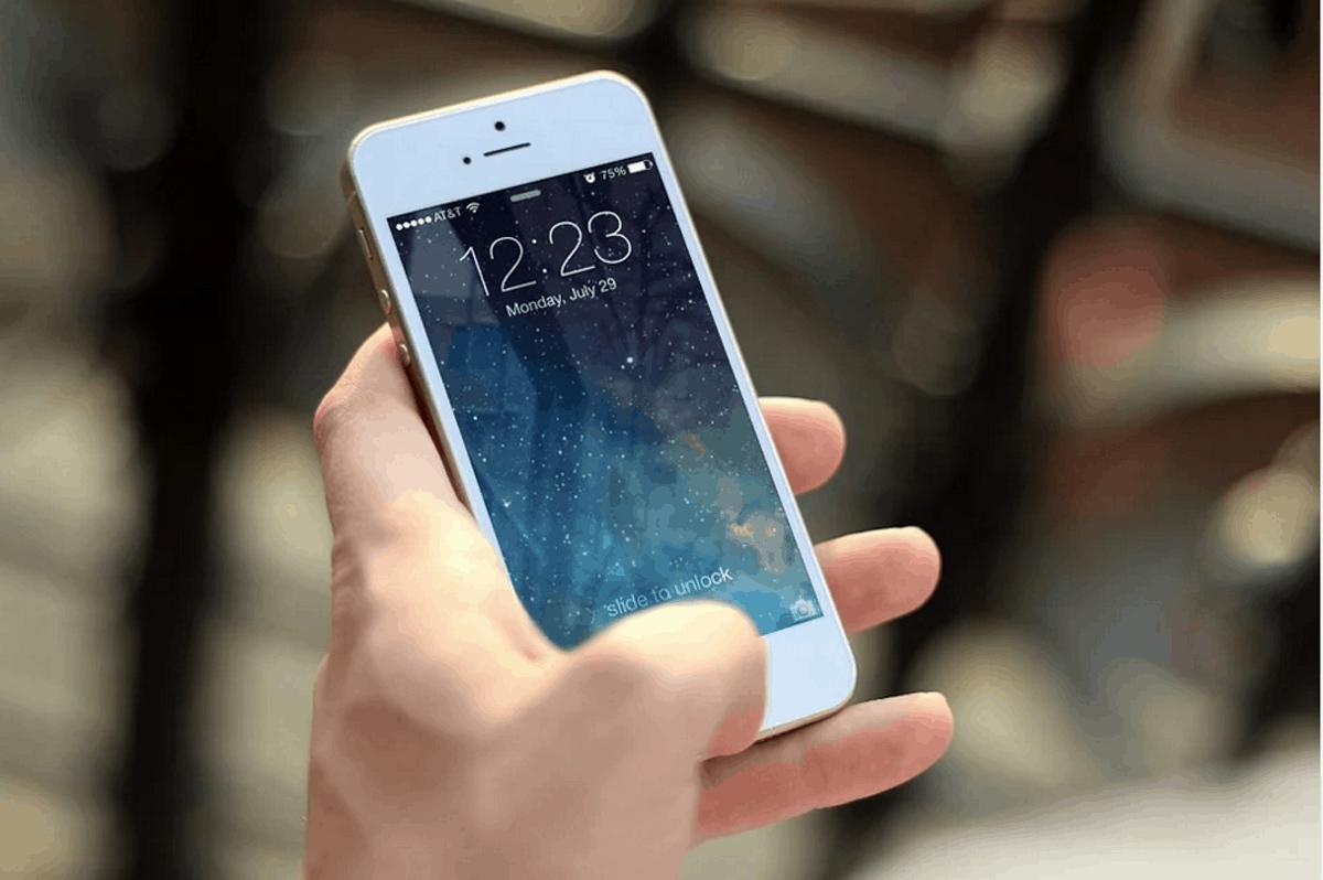 Il coronavirus sopravvive su smartphone e banconote? Lo studio