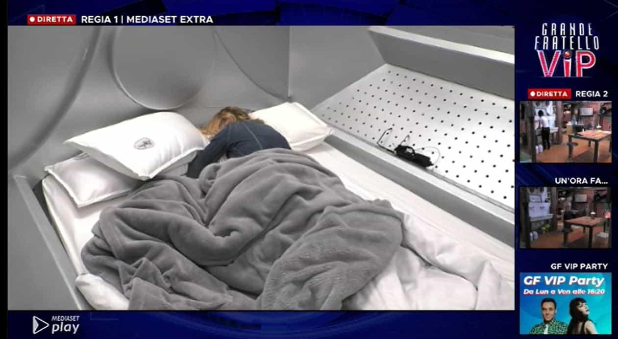 Matilde Brandi in crisi al GF VIP 5: piange e si chiude nella lavatrice