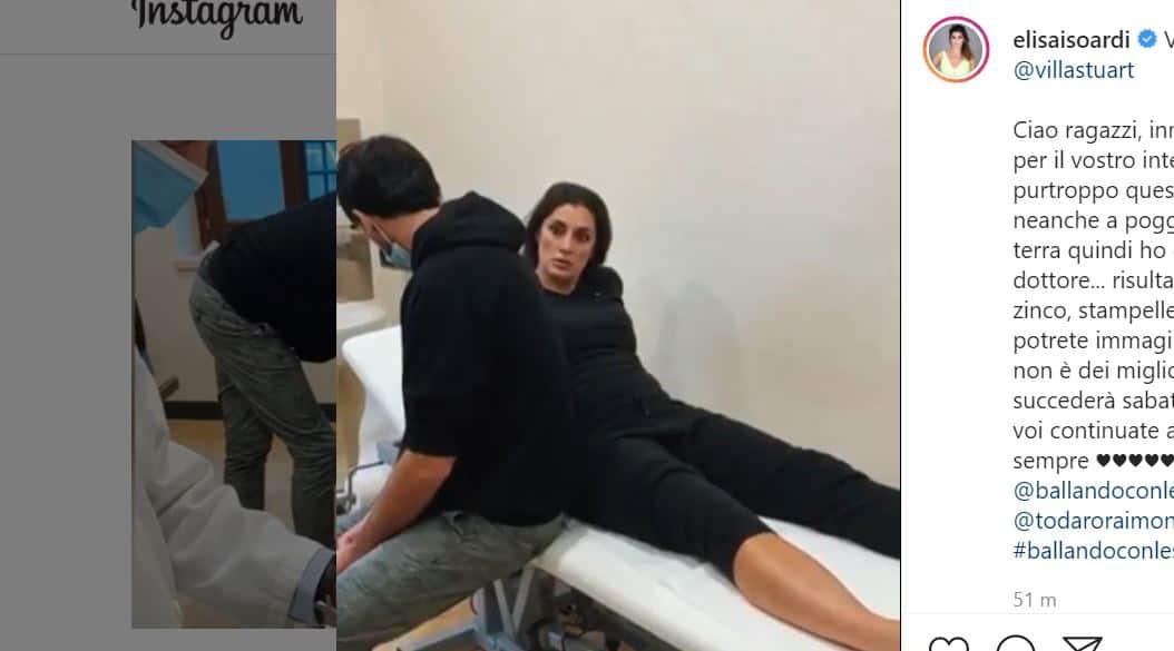 Elisa Isoardi ko, caviglia fasciata e stampelle: per lei Ballando con le stelle si complica
