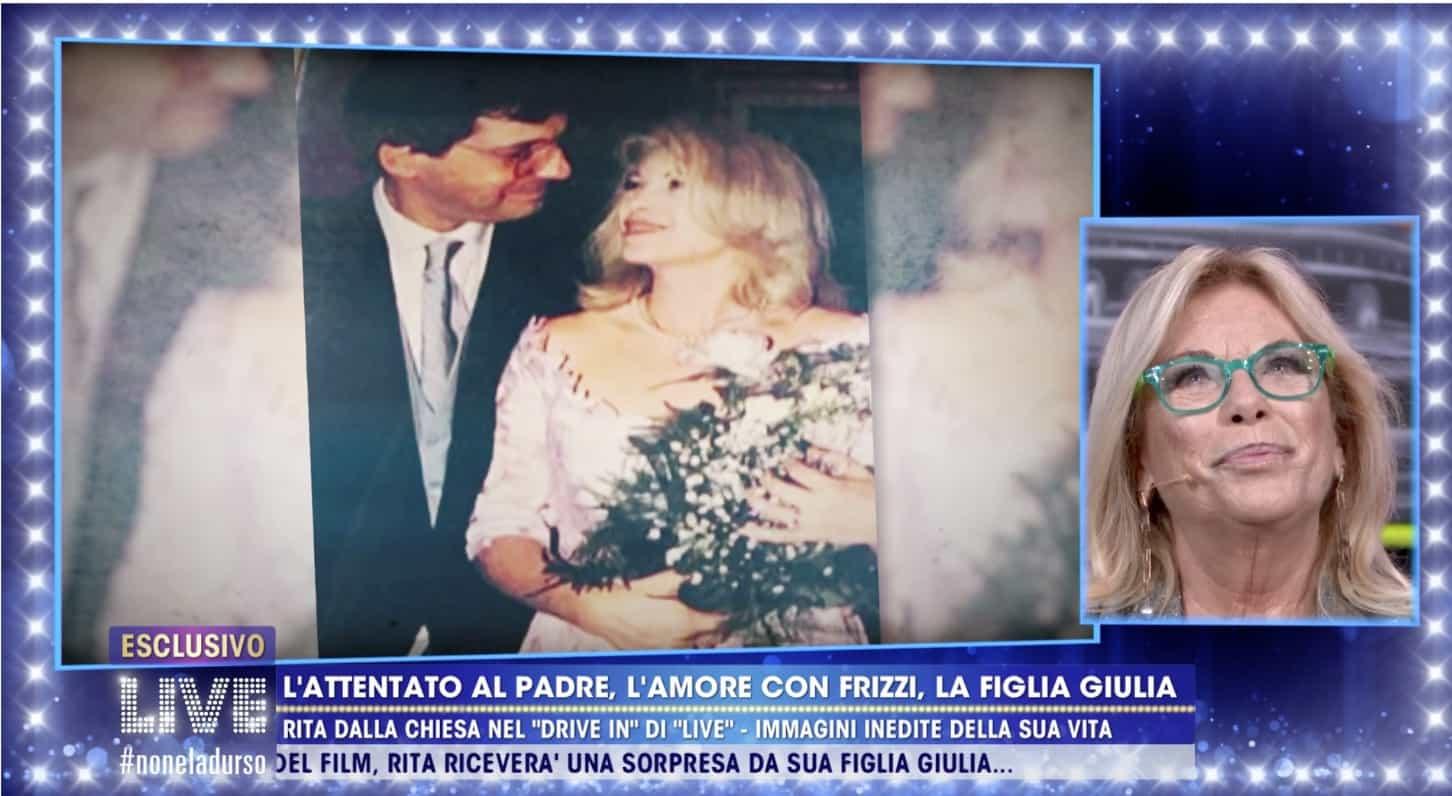 Rita Dalla Chiesa guarda il film della sua vita: il matrimonio con Fabrizio Frizzi e i dolori più grandi (Foto)