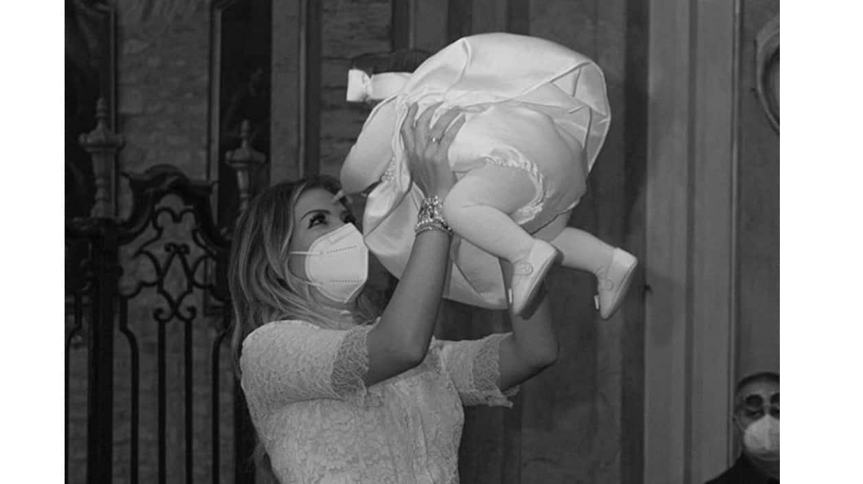 Costanza Caracciolo festeggia la figlia nata durante il lockdown ma scoppia la polemica (Foto)