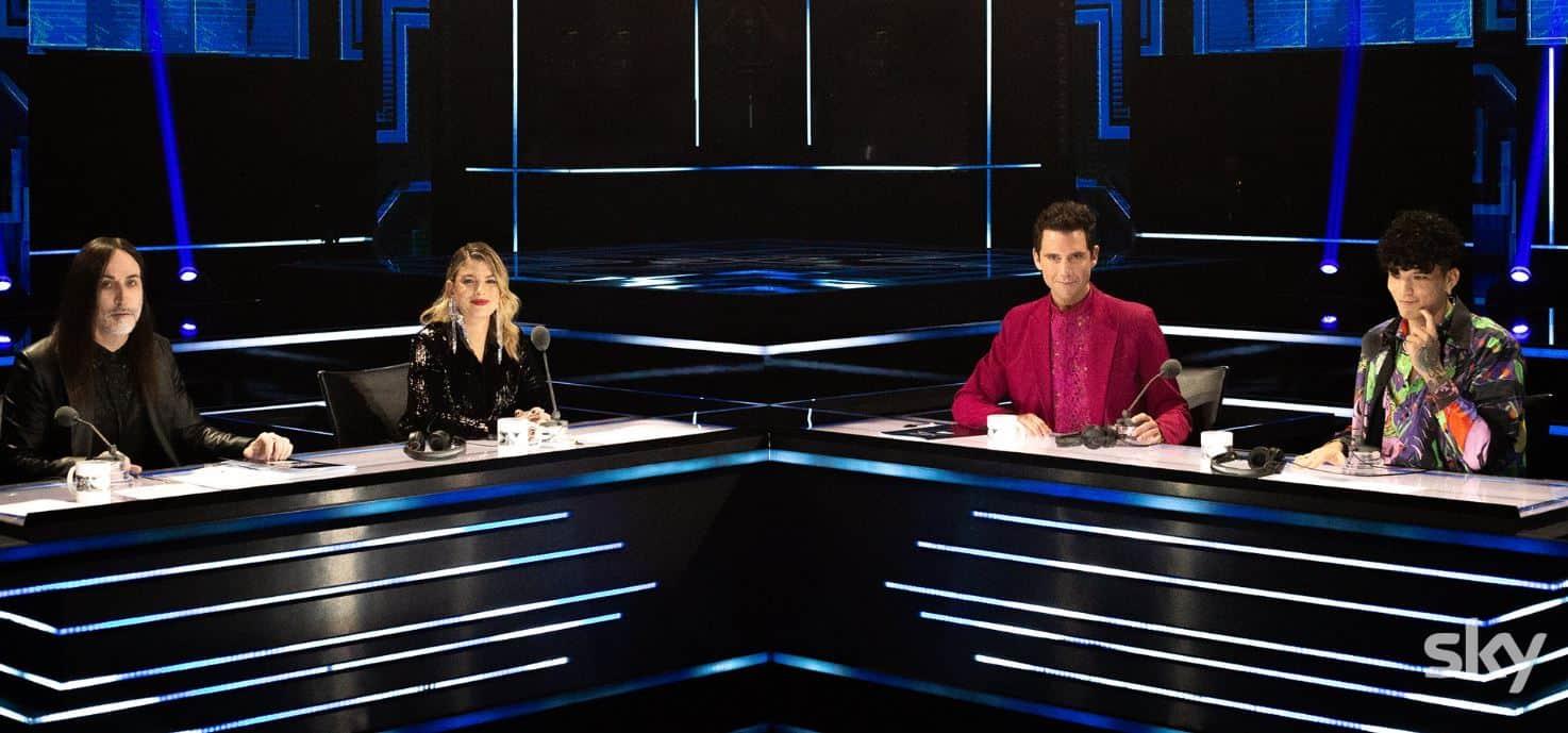 """Polemica sui social per il pubblico presente a X-Factor 2020, la risposta: """"Sono assunti"""""""