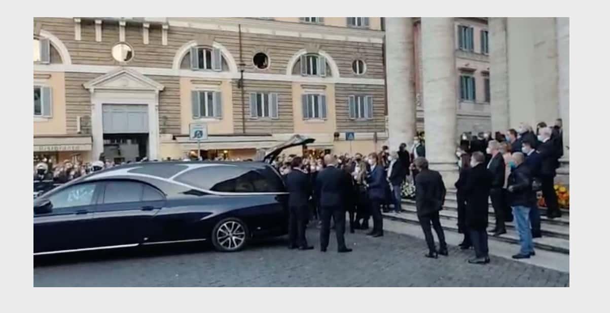 Tiziana abbraccia la bara di Stefano D'Orazio poi ringrazia tutti (Foto)