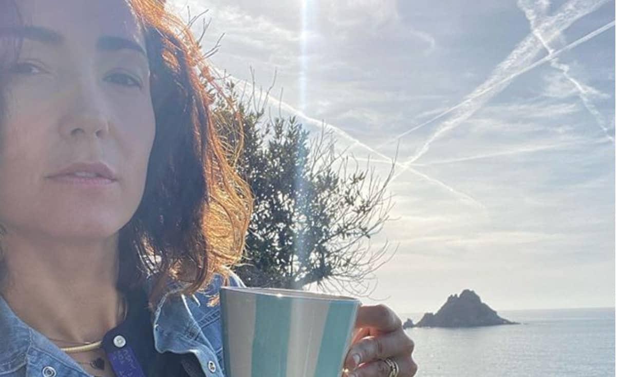 Caterina Balivo in costume a novembre ma al sole si accorge delle rughette (Foto)