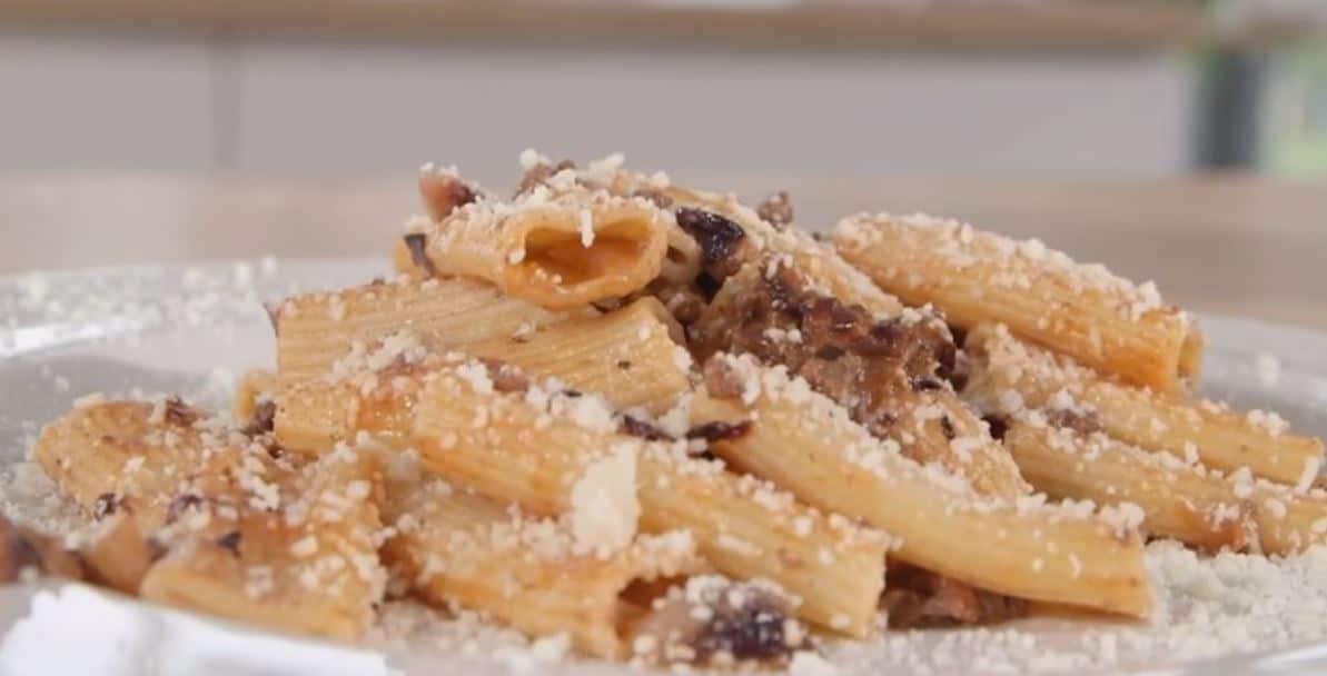 I rigatoni con il ragù di radicchio con la ricetta di Anna Moroni