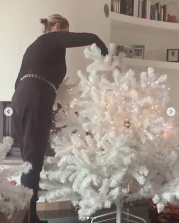 L'albero di Natale di Simona Ventura batte tutti, illumina già la sua casa (Foto)
