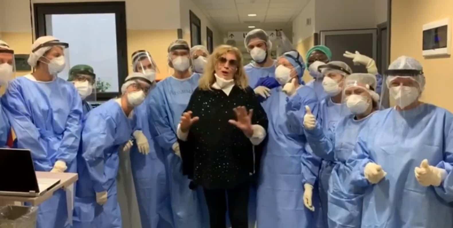 Iva Zanicchi lascia l'ospedale e ringrazia i medici con un dolcissimo video sui social