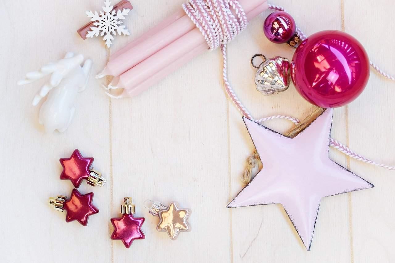 Colori Natale 2020, per l'albero di Natale scegli il rosa e il bianco