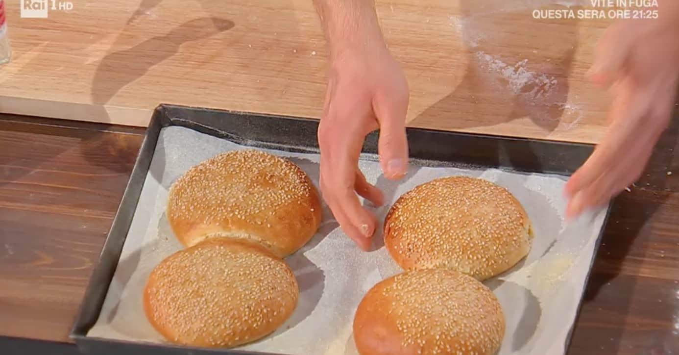 Fulvio Marino propone la ricetta dei panini da hamburger per E' sempre mezzogiorno