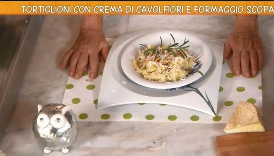 Tortiglioni con crema di cavolfiore e formaggio scoparolo: una ricetta di Anna Moroni