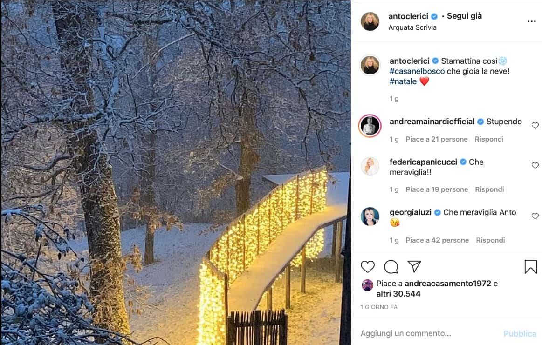Antonella Clerici accende le luci di Natale nel suo bosco e si gode il successo di The Voice Senior (Foto)