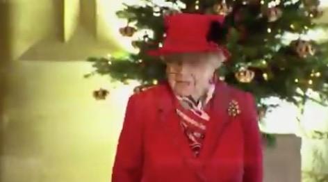 Il dolce saluto di William alla regina Elisabetta che in rosso riunisce tutta la famiglia (Foto)
