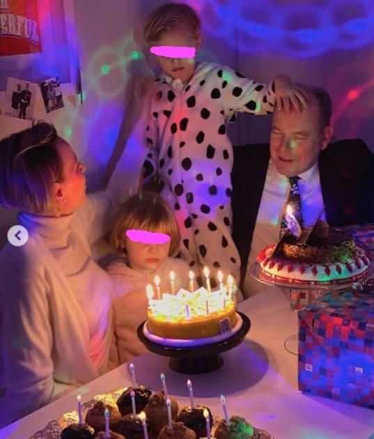 I principini di Monaco festeggiano il compleanno in pigiama, dolcissimi con Charlene e Alberto (Foto)