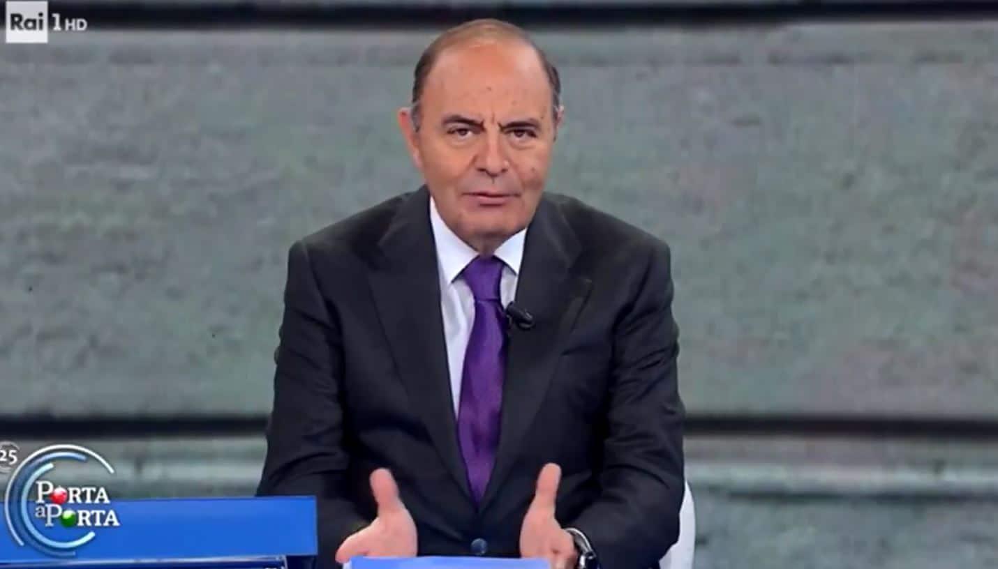 Bruno Vespa si scusa con il pubblico di Porta a Porta e polemizza per l'orario