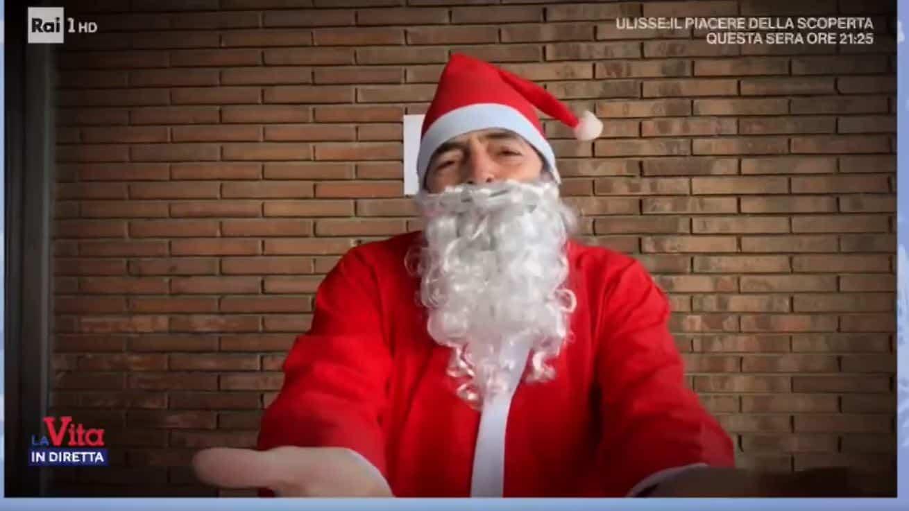 Alberto Matano vestito da Babbo Natale chiude La vita in diretta: si torna lunedì 28