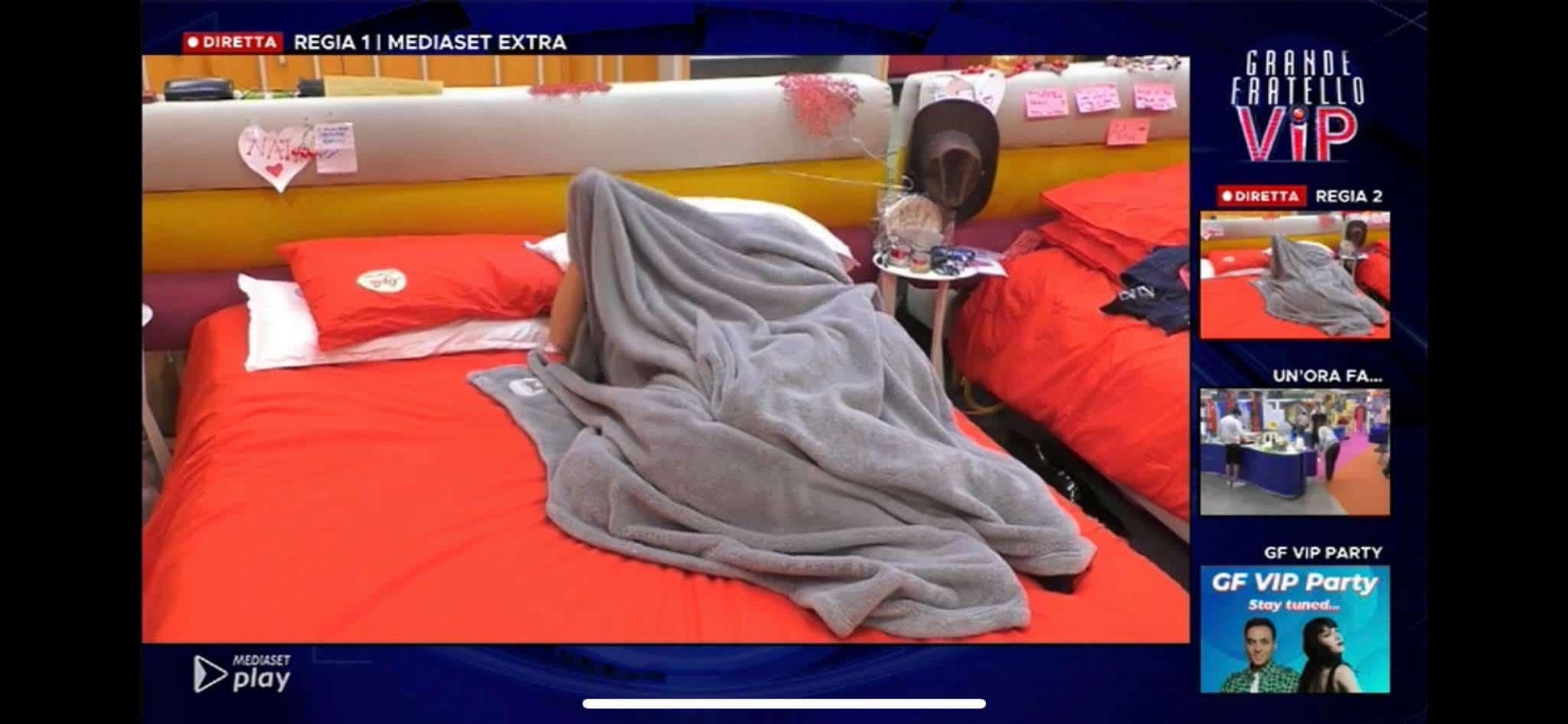 Giulia Salemi e Pierpaolo sempre più vicini tra baci e coccole sotto le coperte al GF VIP 5 (VIDEO)