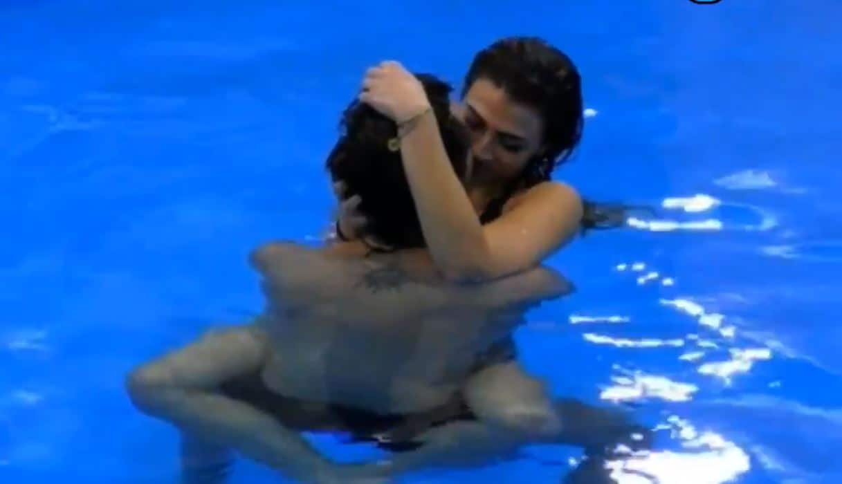 Giulia Salemi e Pierpaolo Pretelli esplode la passione al GF VIP 5 con baci e coccole in piscina (VIDEO)