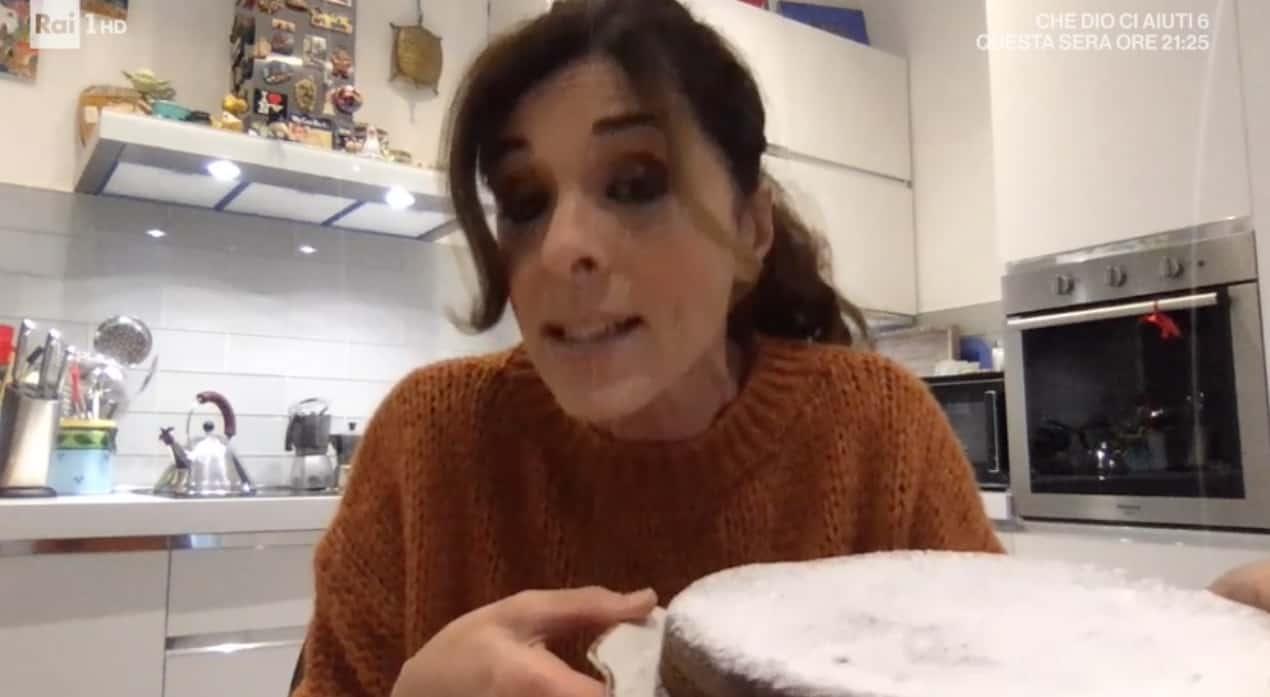 Emma D'Aquino nella sua cucina con la torta al cioccolato per E' sempre mezzogiorno (Foto)